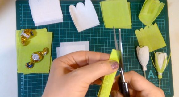 Формирование лепестка для цветов из гофрированной бумаги