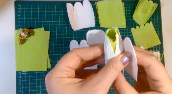 Формирование бутона из конфеты и гофрированной бумаги