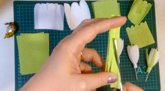Обработка гофрированной бумаги ножницами