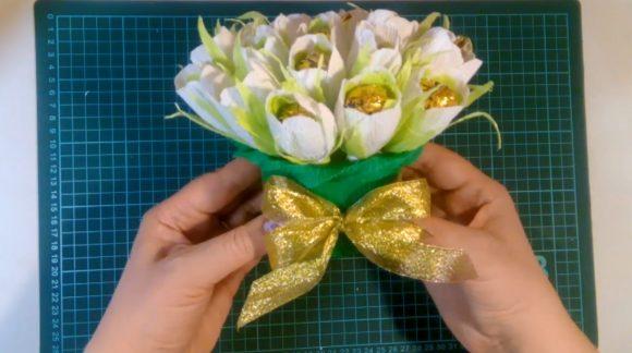 Декорирование букета из конфет и гофрированной бумаги