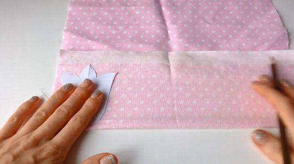 Нанесение шаблона тюльпана на ткань