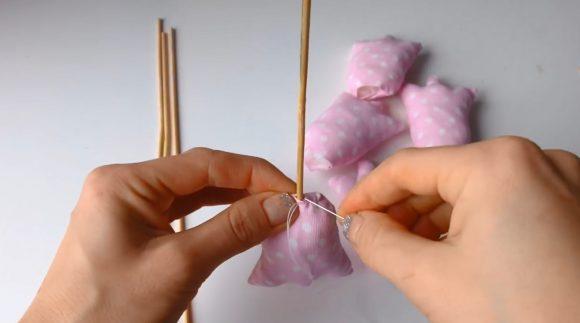 Сборка тюльпанов из ткани и шпажек