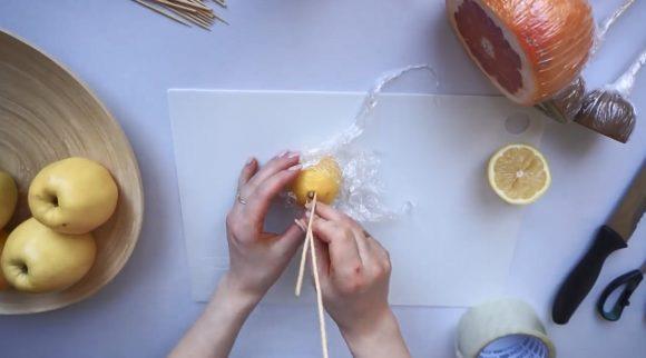 Лимон в пищевой пленке