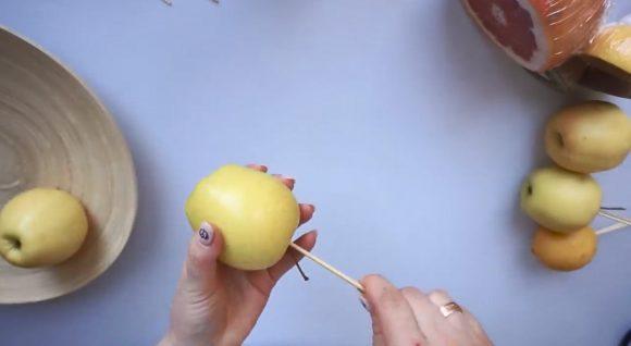 Яблоко на шпажке