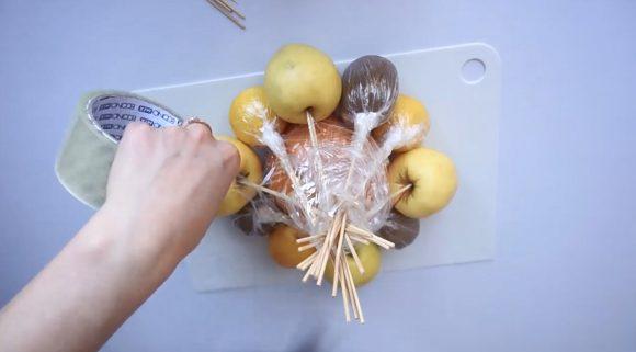 Формирование букета из фруктов