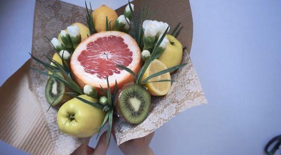Букет из фруктов и цветов в бумаге