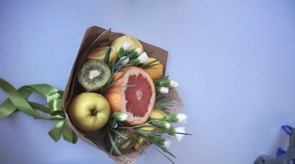 Готовый букет из фруктов и цветов