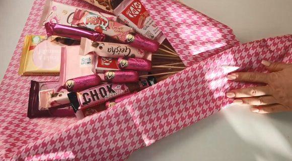 Упаковка букета из сладостей