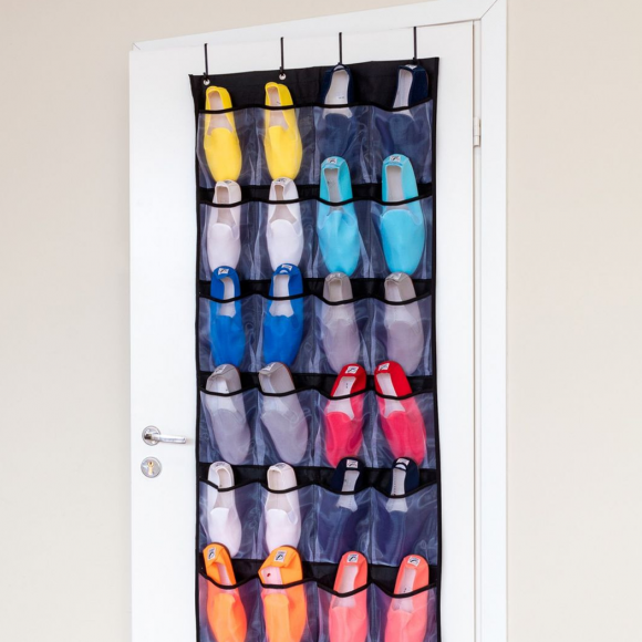 Хранение обуви в карманах на двери