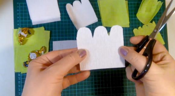 Лепесток для цветка из гофрированной бумаги