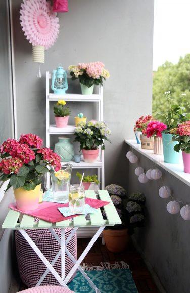 Балкон с зоной отдыха и цветами