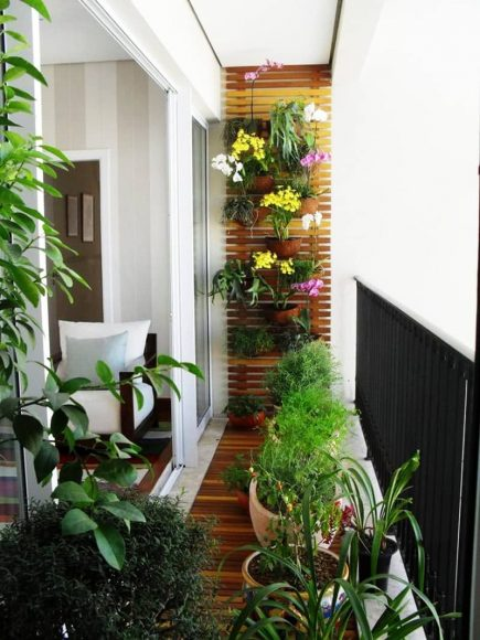 Уютный балкон с цветами