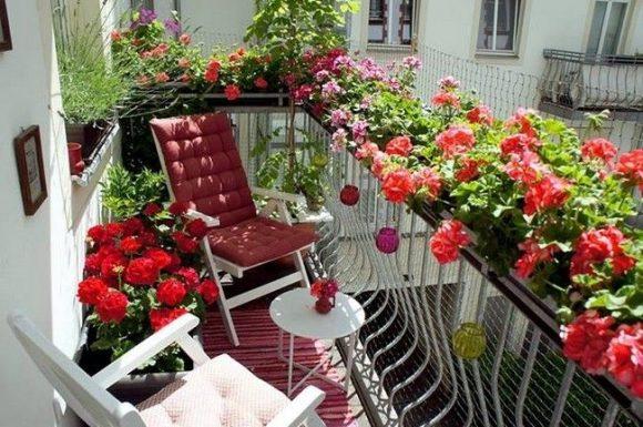 Уютный балкон с цветами в подвесных контейнерах