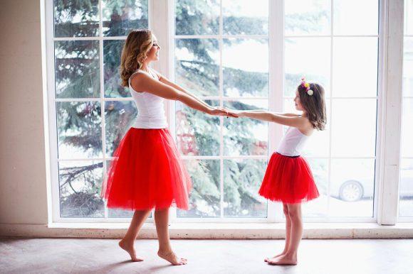 Мама и дочь в юбках из фатина