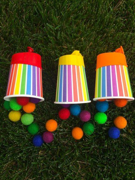 Хлопушки из бумажных стаканчиков на траве