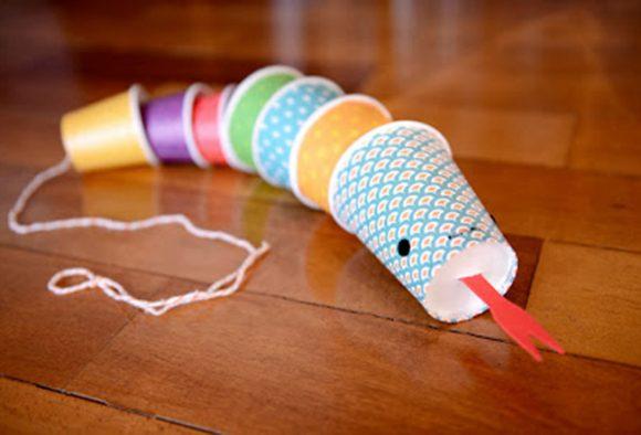 Змея из разноцветных бумажных стаканчиков