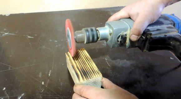 Брашировка детали при помощи дрели с насадкой
