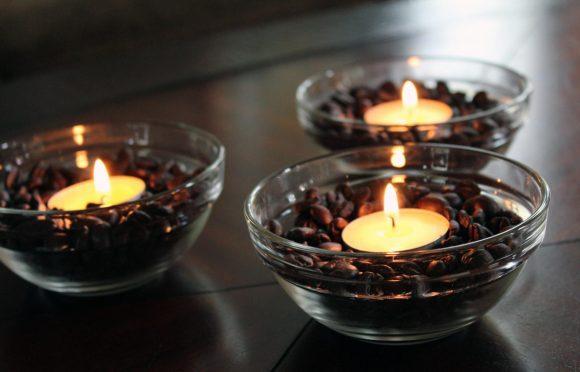 Свечки в мисках с кофейными зёрнами