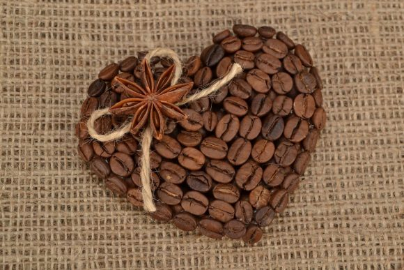 Поделка из кофе в виде магнита