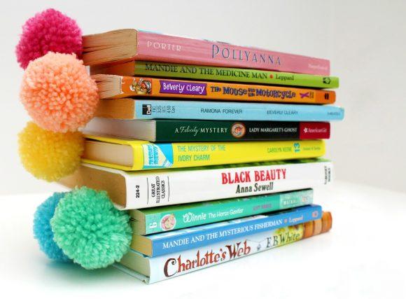 Книжные закладки с помпонами
