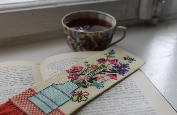 Самодельная вышитая книжная закладка
