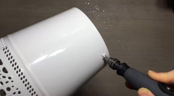 Проделывание отверстия для провода в кашпо