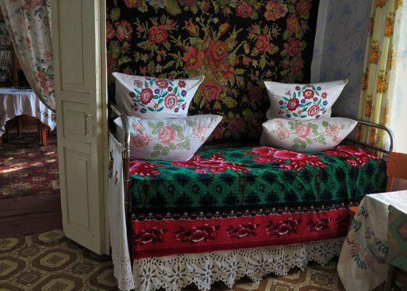 Спальня в деревенском стиле дачного домика