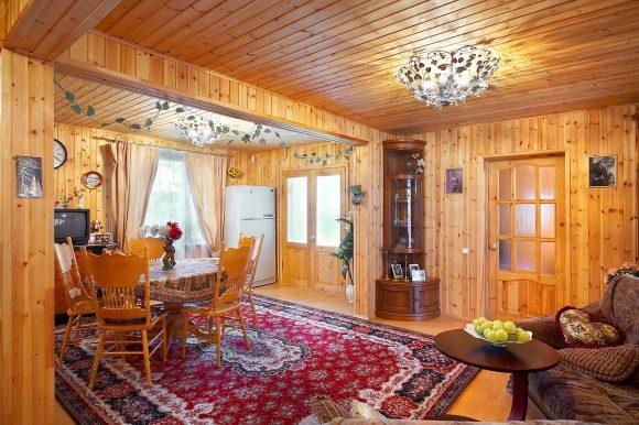 Классический интерьер гостиной дачного домика