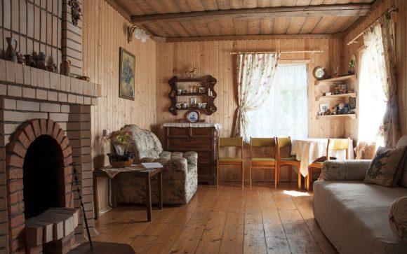 Интерьер дачного домика с камином