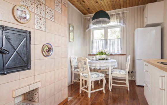 Интерьер кухни дачного домика в светлых тонах