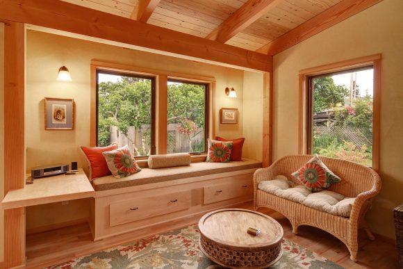 Интерьер дачного домика с плетёной мебелью