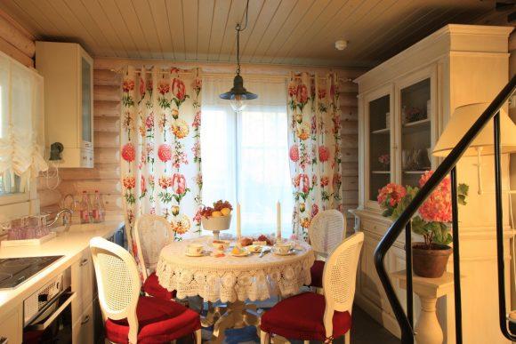 Белый интерьер кухни дачного домика