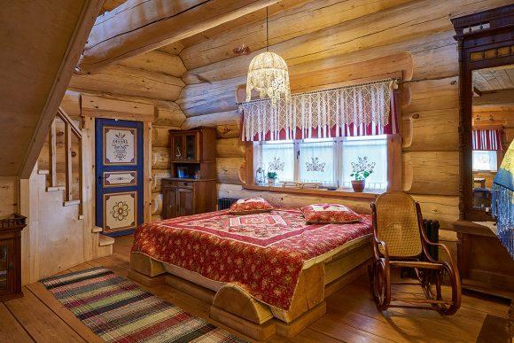 Интерьер спальни дачного домика