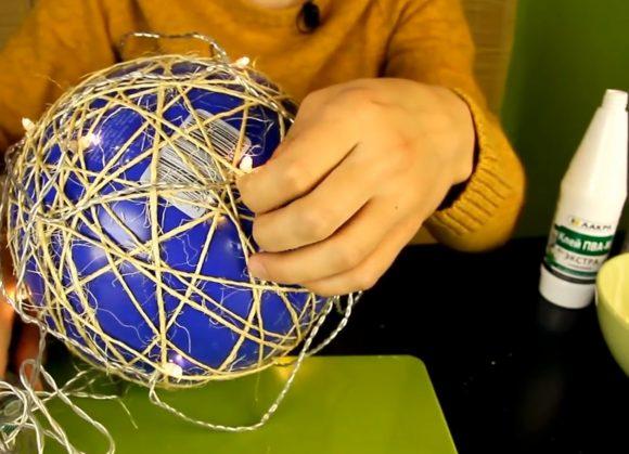 Обмотка мяча светодиодной гирляндой