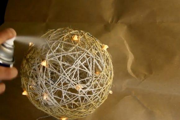 Окрашивание шара из ниток