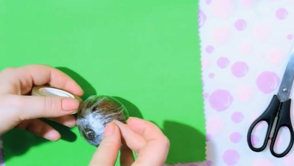 Пластилиновый шарик в пищевой плёнке