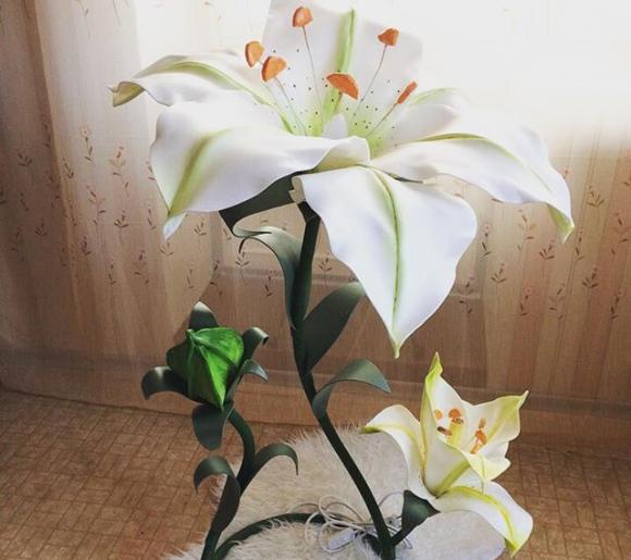 Светильник в форме цветка из изолона