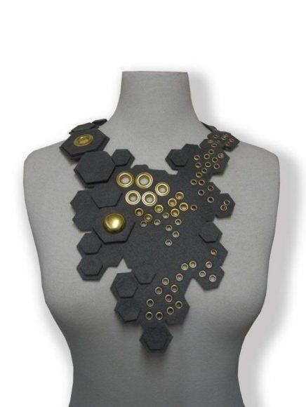 Необычное украшение из фетра на шею