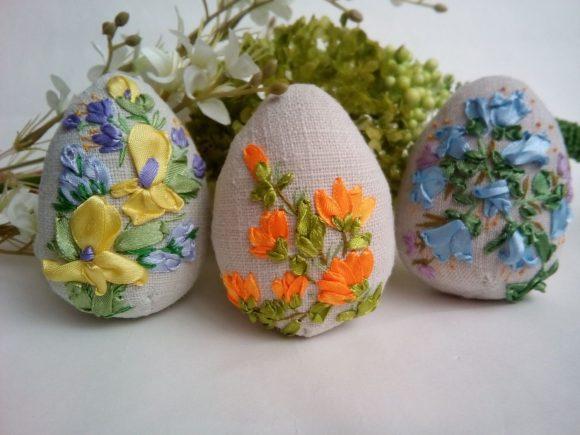 Пасхальные яйца своими руками из ткани и лент