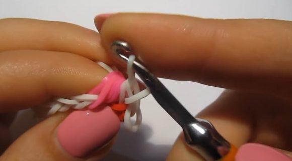 Протягивание белой резинки
