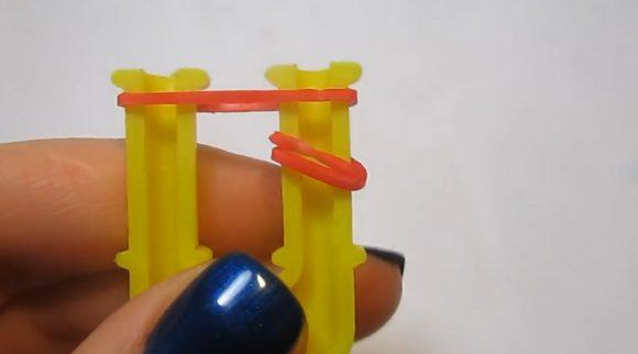 Красные резинки на жёлтой рогатке