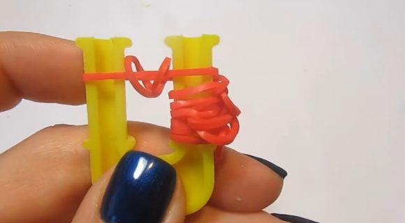Петли из красных резинок на жёлтой рогатке