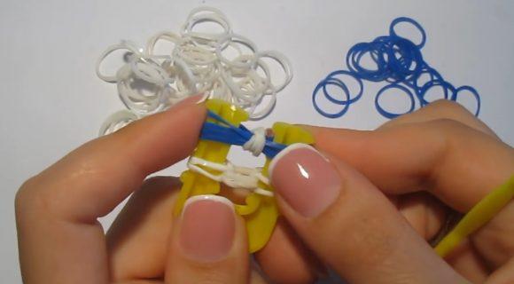 Белые и синие резинки на жёлтой рогатке