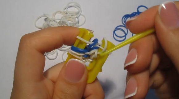 Процесс плетения браслета «Паучок» из резинок на рогатке