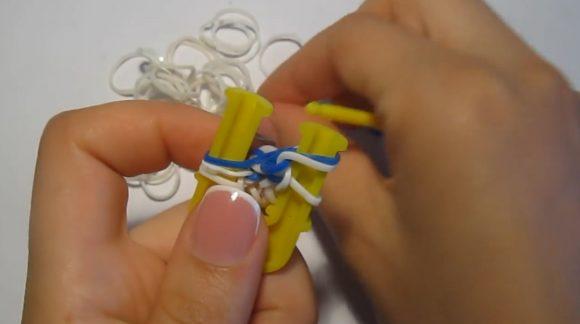 Процесс плетения браслета «Паучок» из резинок на жёлтой рогатке