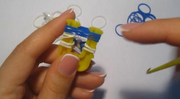Процесс плетения браслета «Паучок» на жёлтой рогатке