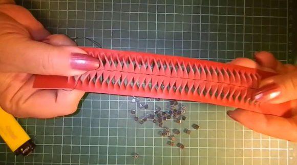 Прошитый кожаный браслет с прорезями
