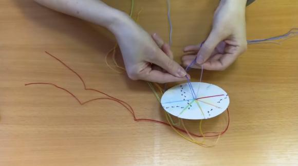 Распределение нитей по кругу из картона