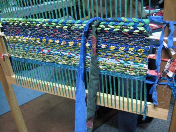 Процесс плетения ковриков