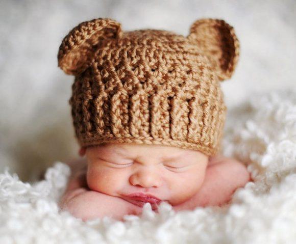 Шапка медвежонка на младенце